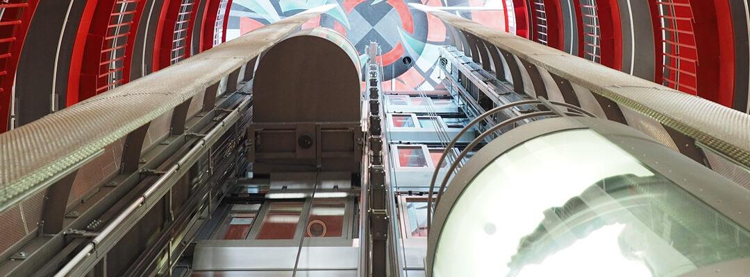 El cuarto de máquinas, la cabina y los dispositivos de seguridad: estas son las partes más importantes de un ascensor.