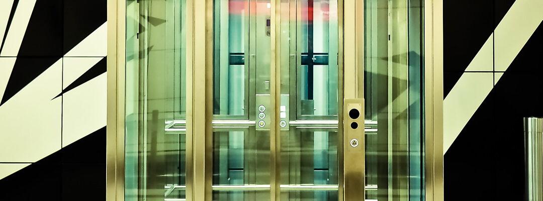 Montacargas y ascensores de pasajeros: la diferencia no es solo una cuestión de tamaño