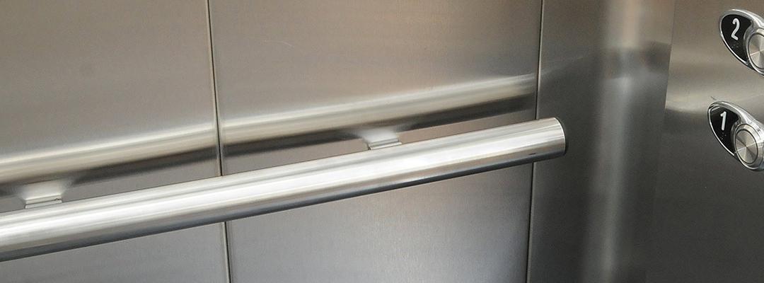 Razones por las que instalamos pasamanos en las cabinas de los ascensores